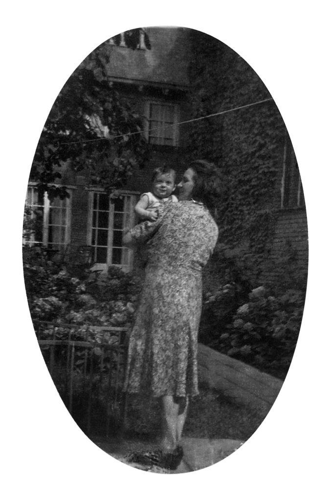 Annigje de Mars met Emile Kool in de tuin