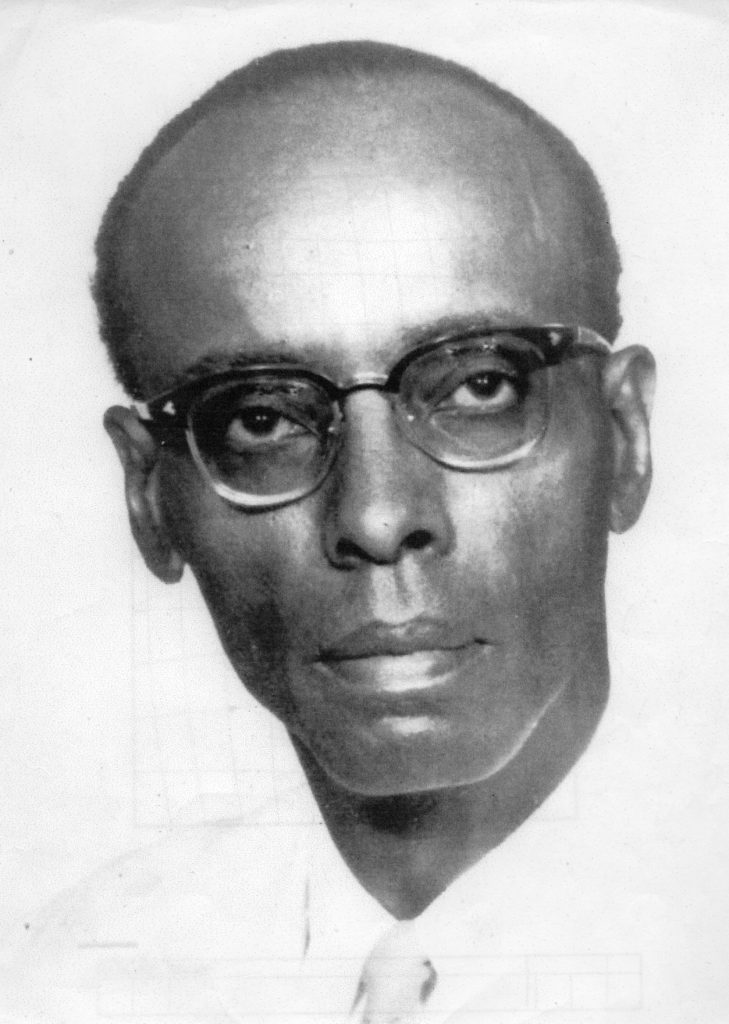 Dr. Leo Lashley met bril