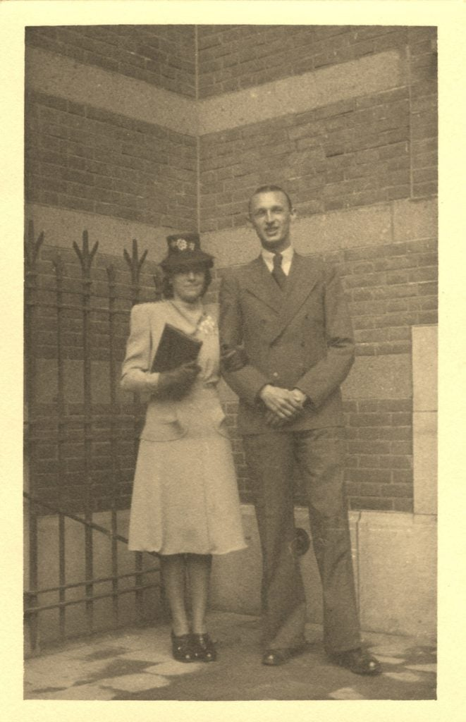 Annie en Wim De Bruin-De Mars bij hek